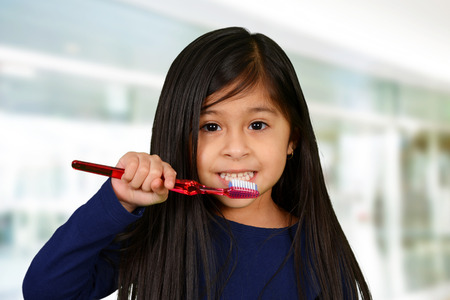 Young child who is brushing their teeth Banque d'images