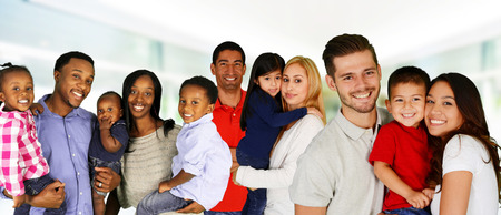 familias jovenes: Grupo de diversas familias juntas de todas las razas Foto de archivo