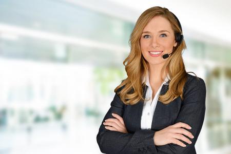 servicio al cliente: Mujer joven que dar ayuda a un empleado de servicio al cliente Foto de archivo