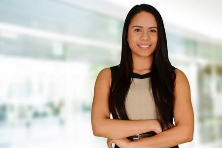 erfolgreiche frau: Junge erfolgreiche Frau l�chelnd in die Kamera