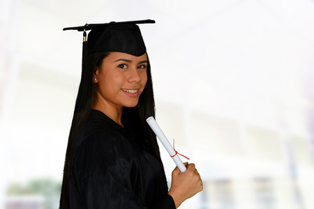 erfolgreiche frau: Junge erfolgreiche Frau seinem College-Abschluss ein Diplom h�lt Lizenzfreie Bilder