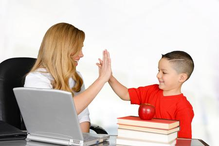 Studenten en docenten high five in de klas