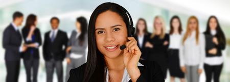 顧客サービス従業員としてヘルプを与える若い女性