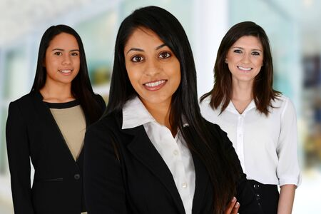 mujer trabajadora: Equipo de negocios de las razas mixtas en la Oficina