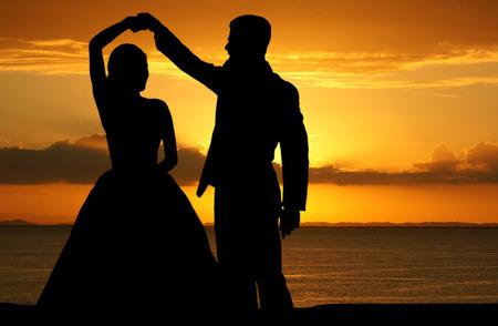 신랑과 아름다운 웨딩 드레스에 여자
