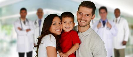醫療保健: 醫生組和一個家庭在醫院設置