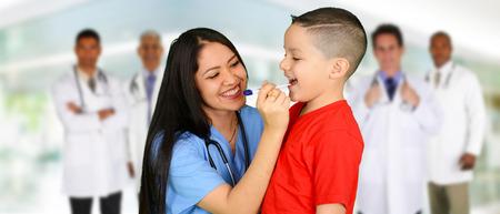 enfermera paciente: Grupo de médicos y enfermeras encuentra en un hospital