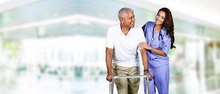 Gesundheitspflegearbeitskraft hilft ein älterer Mann