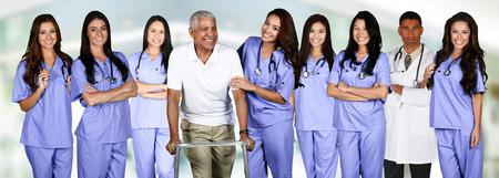 医師や看護師のグループが患者と病院の設定