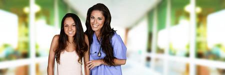 enfermera con paciente: Enfermera con un paciente en el hospital