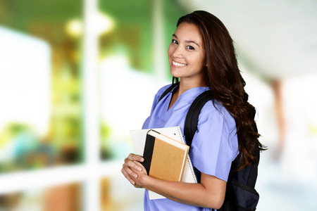 彼女の仕事のために勉強している女性看護師