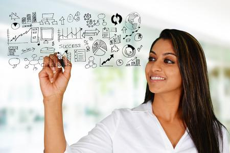 mujeres trabajando: Mujer de negocios en la oficina listo para trabajar