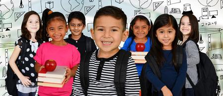 escuelas: Los niños pequeños en la escuela con sus mochilas
