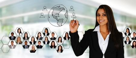 úspěšný: Podnikatelka pracující v její kanceláři s týmem Reklamní fotografie