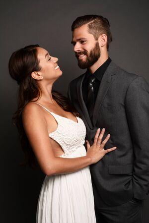 pareja bailando: Mujer en un hermoso vestido de novia blanco con el novio Foto de archivo
