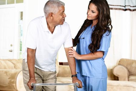 adulto mayor feliz: Trabajador del cuidado m�dico ayudar a un anciano Foto de archivo
