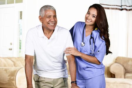 chăm sóc sức khỏe: Nhân viên chăm sóc sức khỏe giúp đỡ một người đàn ông cao tuổi