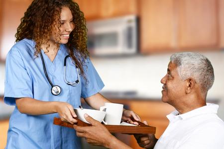 haushaltshilfe: Gesundheitspflegearbeitskraft hilft ein älterer Mann