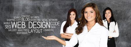 Mujer joven que trabaja como diseñador de páginas web Foto de archivo - 43679548