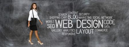Mujer joven que trabaja como diseñador de páginas web Foto de archivo - 44837683