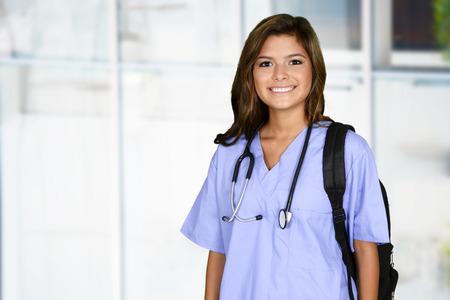 Vrouwelijke verpleegkundige werkt haar baan in een ziekenhuis Stockfoto