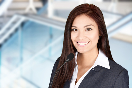 hablar en publico: Mujer que da un discurso en una convención