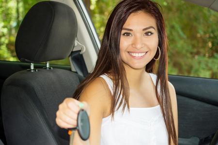 Teen houdt sleutels van haar nieuwe auto