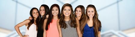 chicas adolescentes: Grupo de adolescentes que son buenos amigos Foto de archivo