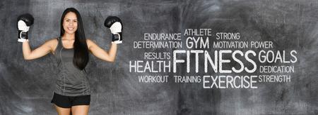 Atleet betrokken bij fitness tegen een krijtbord