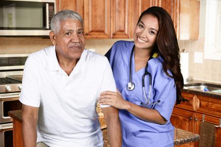 haushaltshilfe: Hauspflege Arbeiter und ein älterer Mann