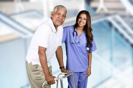 persona de la tercera edad: Enfermera dando terapia física para un paciente anciano Foto de archivo