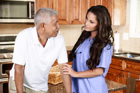 ヘルスケア: ホームの医療従事者と高齢者男 写真素材