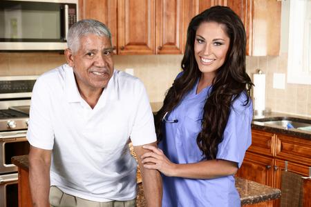 Thuiszorg werker en een oudere man Stockfoto