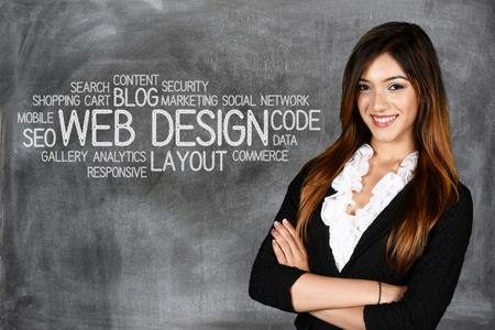 Jonge vrouw die werkt als een web designer