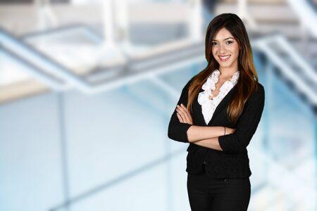 persona alegre: Empresaria que trabaja en su oficina por ella misma