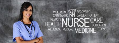 Vrouwelijke verpleegster klaar om medische hulp te geven Stockfoto