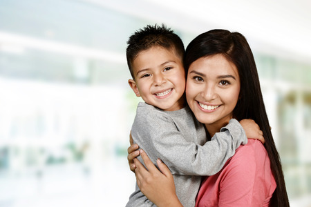 Moeder en zoon die samen spelen