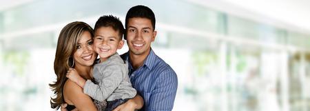 Jonge familie samen in hun huis