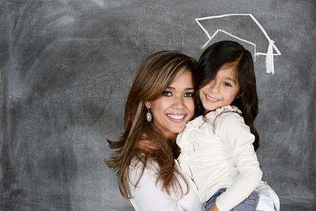 graduacion: Una madre con su pequeño niño que está graduando Foto de archivo