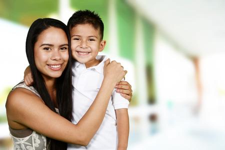 madre e hijo: La madre y el hijo que están jugando juntos