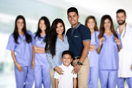 enfermeria: Grupo de médicos y enfermeras encuentra en un hospital