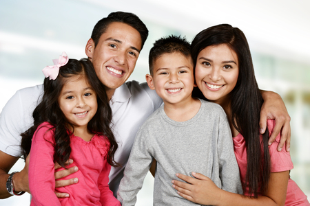 familie: Junge hispanische Familie, die miteinander Liebe