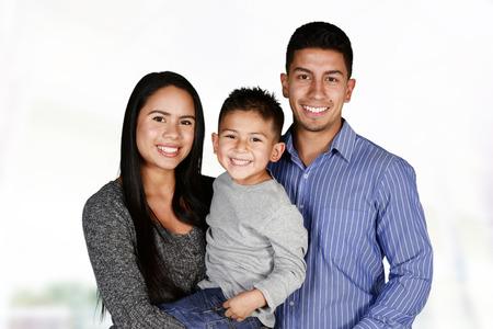 familia abrazo: Familia hispánica joven que aman estar juntos Foto de archivo