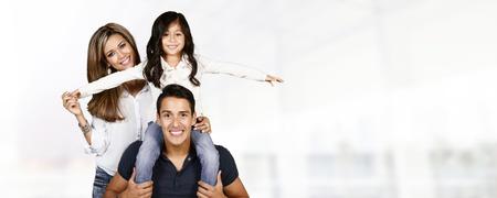 Jonge Spaanse familie die graag met elkaar Stockfoto