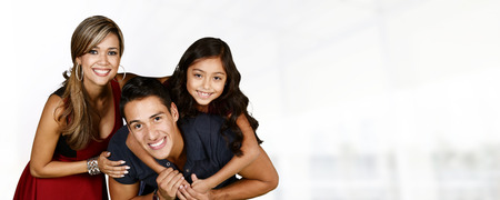 padres e hijos felices: Familia hispánica joven que aman estar juntos Foto de archivo