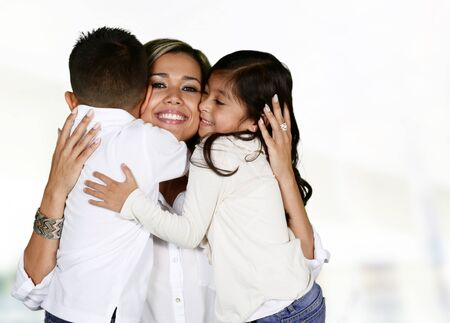 embrace family: Familia hispánica joven que aman estar juntos Foto de archivo