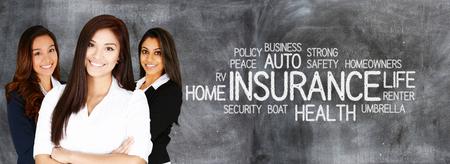 Vrouwelijke verzekeringsagent die blij is om samen te werken Stockfoto - 48621975