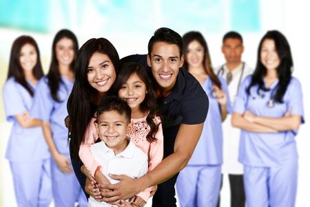 grupo de médicos: Familia que se encuentran en el hospital a la espera de la atención