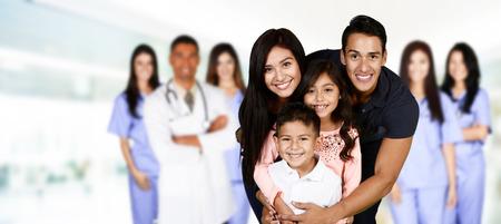 Familie, die in der Klinik warten auf Pflege