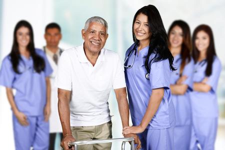 Infirmière qui travaille son quart de travail dans un hôpital Banque d'images - 49859358